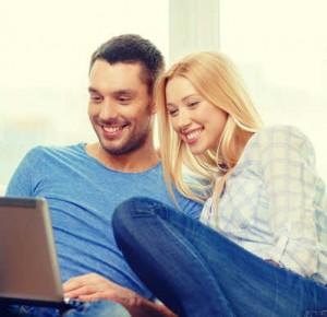 glückliches Paar auf dem Sofa